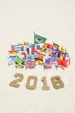 El mensaje 2016 en oro numera banderas internacionales Foto de archivo libre de regalías