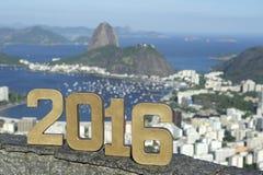 El mensaje 2016 en oro numera horizonte de la ciudad Fotografía de archivo libre de regalías