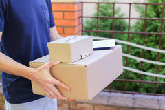 El mensajero Brings Order del hombre al cliente, da la pluma y el papel a los Sig Fotos de archivo