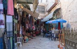El mercado árabe en la calle de HaNotsrim en la ciudad vieja de Jerusalén, Israel imagen de archivo