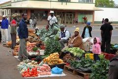 El mercado callejero de Bulawayo en Zimbabwe, 16 Septiembre de 2012 foto de archivo