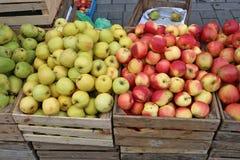 El mercado callejero de las manzanas rojas y verdes frescas del jardín da fruto en w Foto de archivo