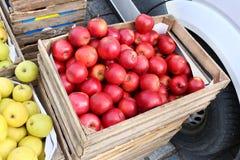 El mercado callejero de las manzanas rojas y verdes frescas del jardín da fruto en w Fotos de archivo