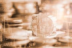El mercado de acción o el gráfico y la palmatoria comerciales de las divisas trazan el suitab fotografía de archivo