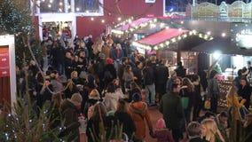 El mercado de la Navidad en Londres Southbank es un lugar popular almacen de video