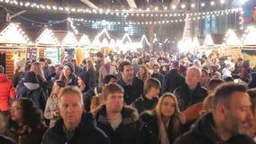 El mercado de la Navidad en Londres Southbank es un lugar popular metrajes