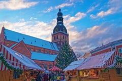 El mercado de la Navidad en Riga llenó de una atmósfera y de un sur únicos Fotografía de archivo