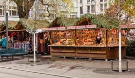 El mercado de la Navidad se coloca en la calle de Bahnhofstrasse en la ciudad de Fotografía de archivo