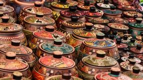 El mercado de la pequeña ciudad de Perú en los Andes muestra los puertos pintados a mano a casa hechos muy coloridos en filas Imagenes de archivo