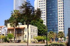 El mercado de Sarona y los rascacielos de Azrieli se centran en Tel Aviv, Isr Imagen de archivo