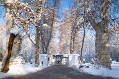 El mercado del advenimiento con el foodstallt cerrado y el tiempo soleado con nieve en Zrinjevac parquean en Zagreb en invierno,  Imágenes de archivo libres de regalías