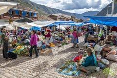 El mercado en Pisac en Perú imagen de archivo