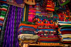 El mercado en Santa Fe, New México La ciudad creativa de Santa Fe In New Mexico con su multitud de galerías y de escultura imagen de archivo