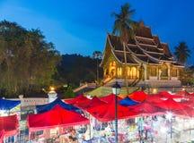 El mercado famoso y el espino Pha de la noche golpean el templo en Luang Praban Fotos de archivo libres de regalías
