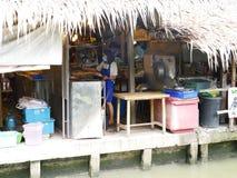 El mercado flotante de Mayom del lat de Klong, el viejo mercado en Tailandia tiene mucha comida y postre de la consumición Foto de archivo libre de regalías