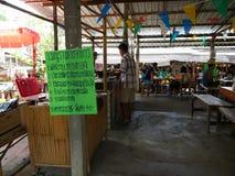 El mercado flotante de Mayom del lat de Klong, el viejo mercado en Tailandia tiene mucha comida y postre de la consumición Fotos de archivo