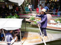 El mercado flotante de Mayom del lat de Klong, el viejo mercado en Tailandia tiene mucha comida y postre de la consumición Fotografía de archivo libre de regalías