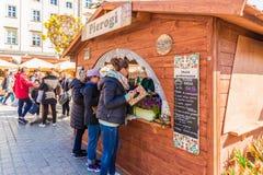 El mercado local en vieja plaza principal de la ciudad de Krak?w foto de archivo libre de regalías