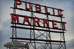 El mercado público firma adentro Seattle Fotos de archivo