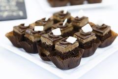 El merengue miniatura de abastecimiento del chocolate se apelmaza con crema y Imagen de archivo