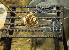 El metal brillante forjó las rosas, hechas a mano Fotografía de archivo