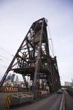 El metal de elevación viejo estructura torres del puente sobre el río Willamette Fotos de archivo libres de regalías