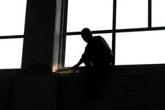 El metal de pulido del trabajador que hace chispas vuela Imagen de archivo libre de regalías