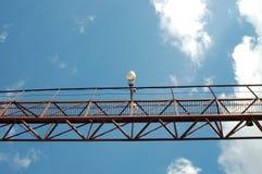 El metal del puente con una lámpara Fotografía de archivo