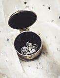El metal del vintage forjó alrededor de la caja con joyería Imagenes de archivo