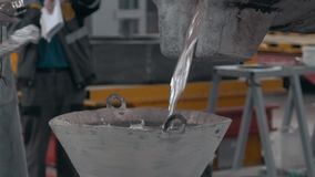 El metal fundido vertió el moldeado y el bastidor de la aleación de aluminio, metal candente de la arena almacen de metraje de vídeo