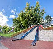 El metal grande resbala encima de una pequeña colina en la entrada hacia el parque de Duthie, Aberdeen imagenes de archivo