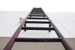 El metal industrial vertical de la escalera vieja aherrumbró al tanque de agua Fotos de archivo libres de regalías