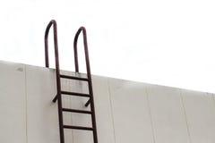 El metal industrial vertical de la escalera vieja aherrumbró al tanque de agua Imágenes de archivo libres de regalías