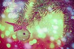 El metal Jingle Bell en fondo de la Navidad mancha la luz Fotografía de archivo libre de regalías