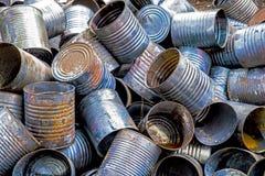 El metal rústico en un depósito de chatarra abandonado imagen de archivo