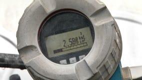 El metro de gas en el tubo de gas almacen de metraje de vídeo