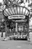 El metro firma adentro París - abadesas Foto de archivo