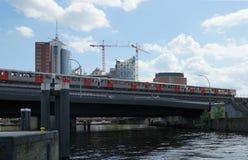 El metro funciona con encima el puente del canal delante de HafenCity Fotos de archivo libres de regalías