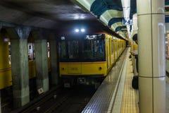El metro japonés está viniendo en vía con el pasajero esperado fotografía de archivo