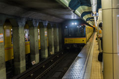 El metro japonés está viniendo en vía con el pasajero esperado imagenes de archivo