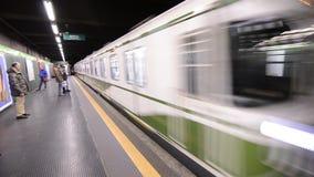 El metro llega la parada metrajes