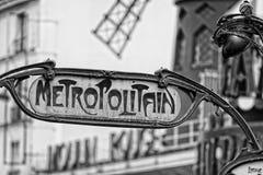 El metro Metropolitain de París firma adentro blanco y negro Fotos de archivo libres de regalías