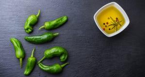 El mexicano caliente verde crudo sazona tapas del español con pimienta del padron de los pimientos morrones del jalapeno Foto de archivo libre de regalías