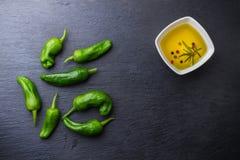 El mexicano caliente verde crudo sazona tapas del español con pimienta del padron de los pimientos morrones del jalapeno Foto de archivo