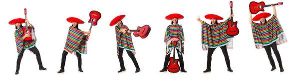 El mexicano en el poncho vivo que sostiene la guitarra aislada en blanco Fotos de archivo