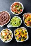 El mexicano famoso tradicional sauces el poblano del topo del chile del chocolate, pico de Gallo, guacamole del aguacate, bandera imágenes de archivo libres de regalías