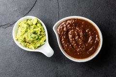 El mexicano famoso tradicional sauces el poblano del topo del chile del chocolate, y el guacamole del aguacate en fondo del gris  imagen de archivo
