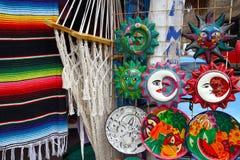 El mexicano handcrafts el serape y la cerámica de la hamaca Imagenes de archivo