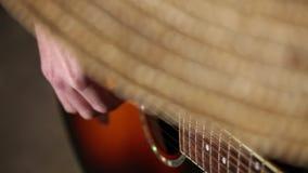 El mexicano juega el plan del primer de la guitarra, tocando la guitarra metrajes