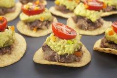 El mexicano muerde el alimento de dedo del aperitivo de los Nachos imagen de archivo